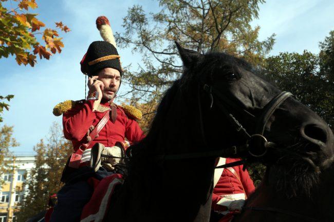 реконструкторы Московские ворота кавалерия лошадь конница мобильный телефон