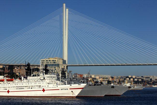 Владивосток Золотой мост военные корабли госпитальное судно Иртыш