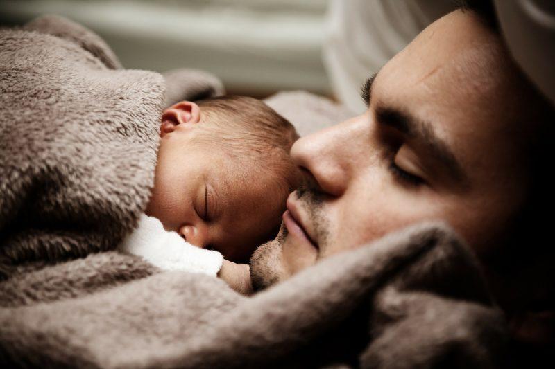 семья отец с ребёнком младенец