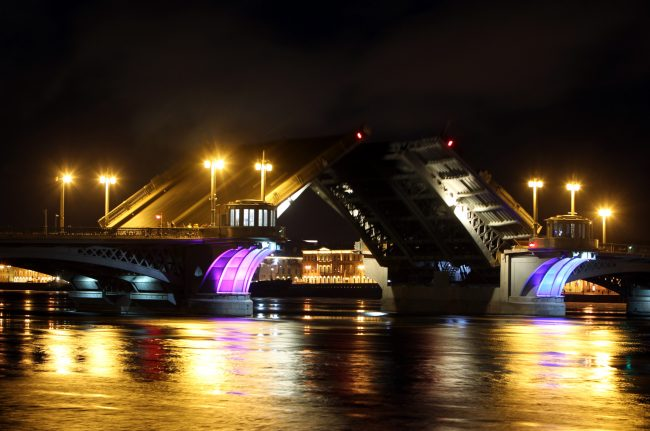 Благовещенский мост (Лейтенанта Шмидта) разведённый