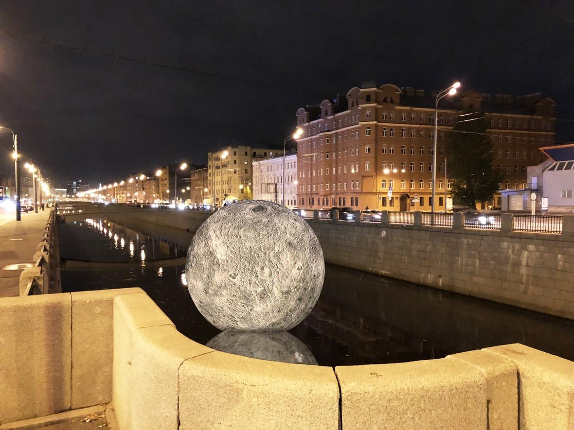 инсталляция Луна Обводный канал Фестиваль света