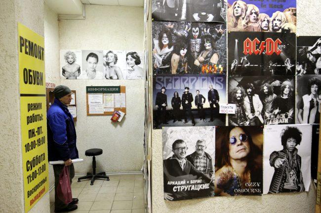 Книжный магазин Стругацкие плакаты AC/DC Scorpions KISS Deep Purple Ozzy Osbourne Jimi Hendrix