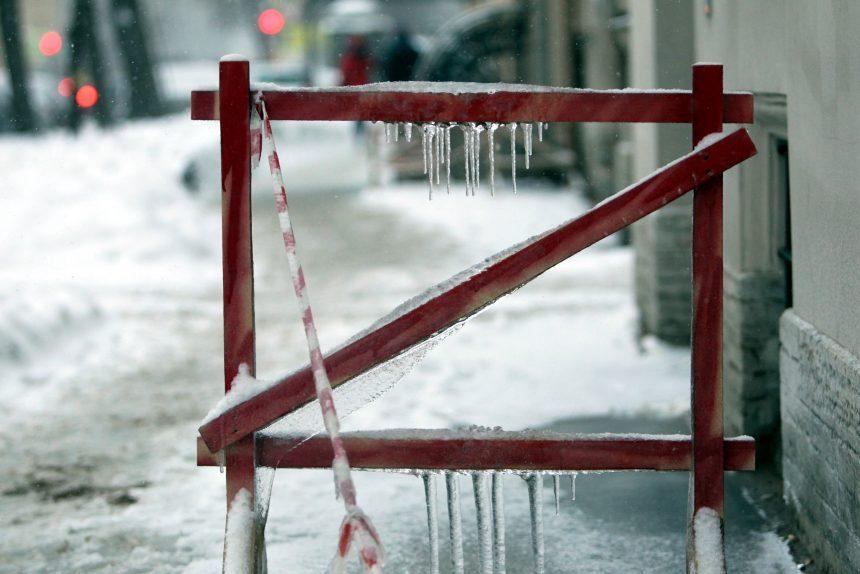 зимняя уборка ограждение снег лёд сосульки