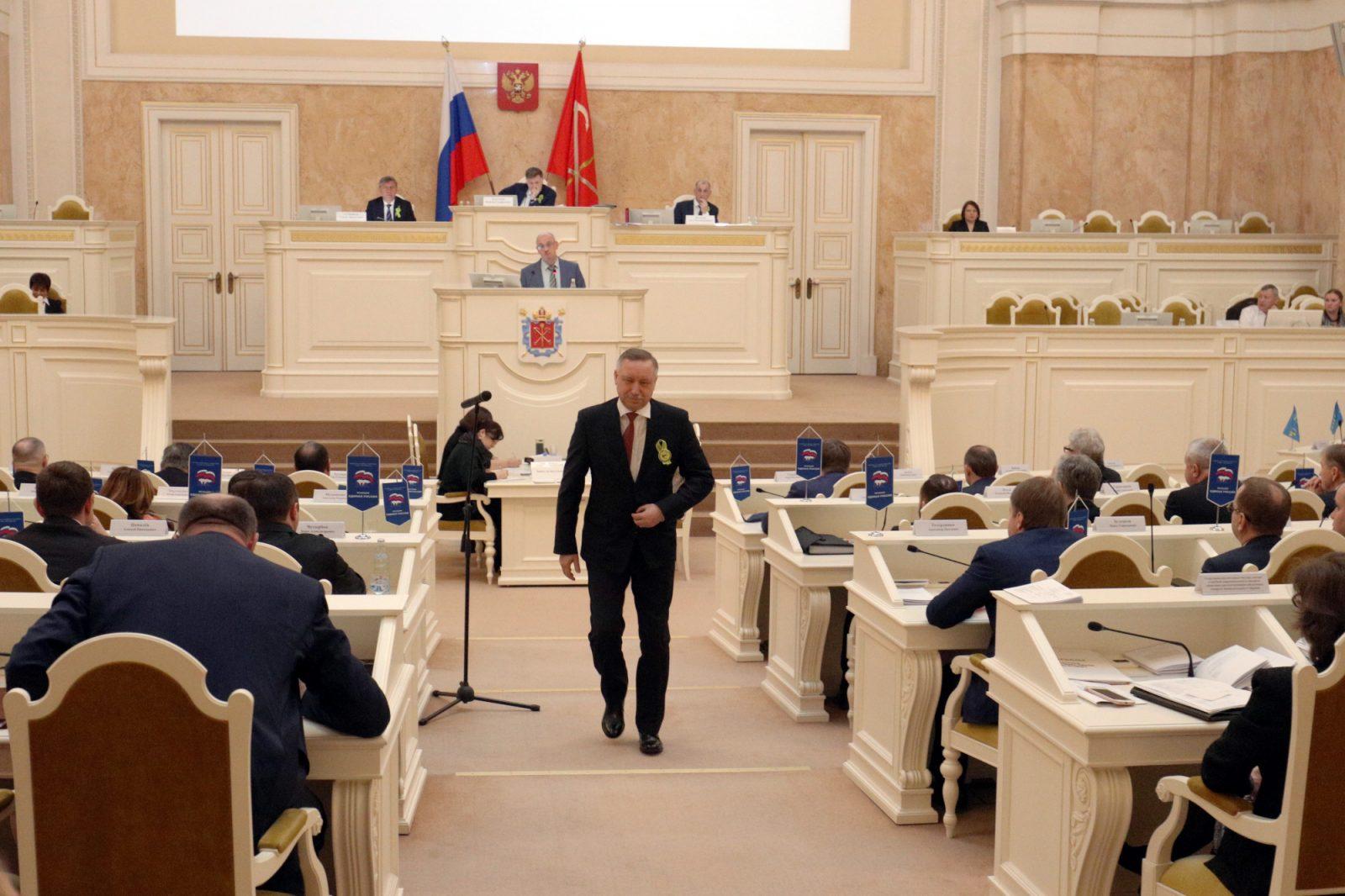 Александр Беглов уходит с заседания Законодательного Собрания