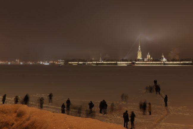 Нева Петропавловская крепость люди на льду