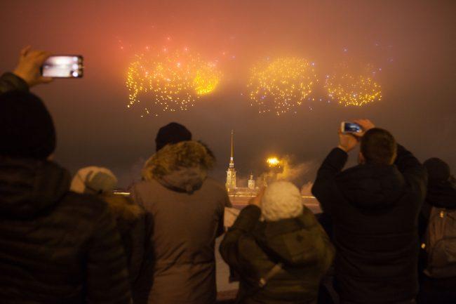 фейерверк салют день защитника отечества петропавловская крепость люди