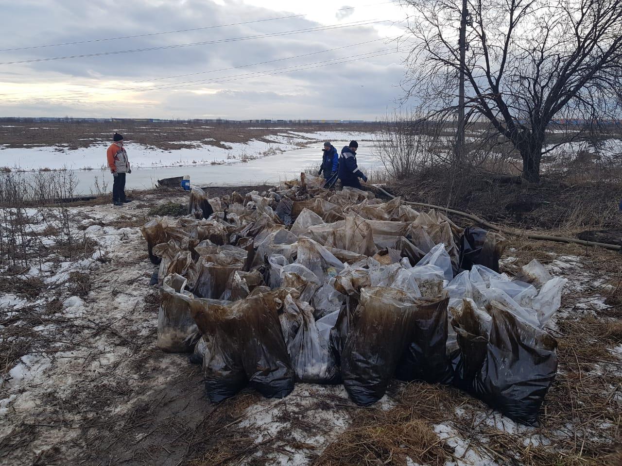 Экологические службы продолжают ликвидировать нефтеразлив в районе реки Кузьминки