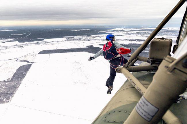 вертолёт парашютный прыжок 8 марта женщины-военнослужащие