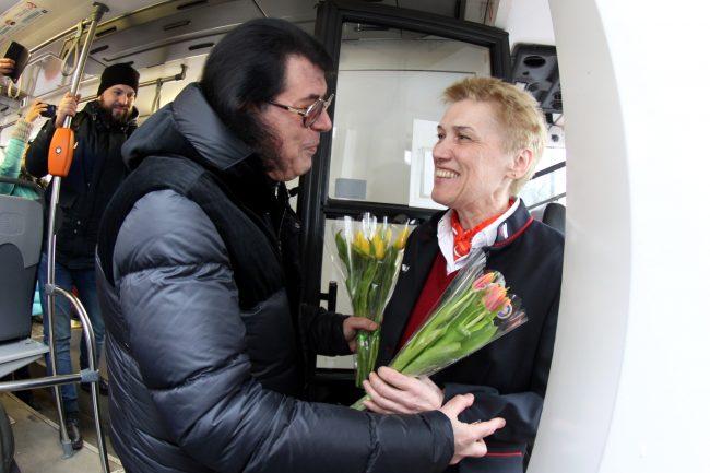 Сергей Боярский Игорь Корнелюк цветы 8 марта трамвай