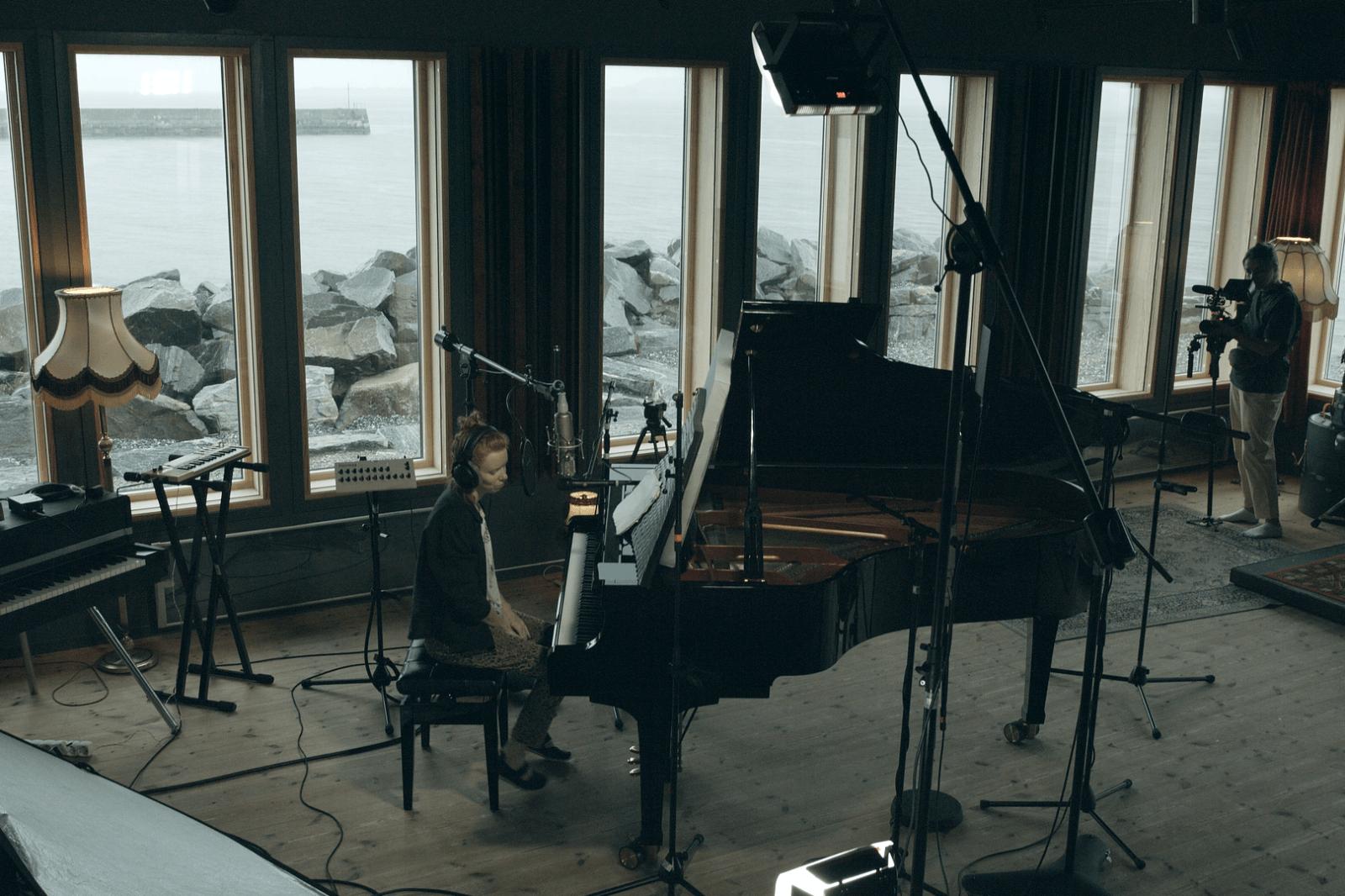 «Всякое в голове у человека, пока рождается образ»: музыкант Ксения Фёдорова о новом альбоме, стерео-звуке и клонировании