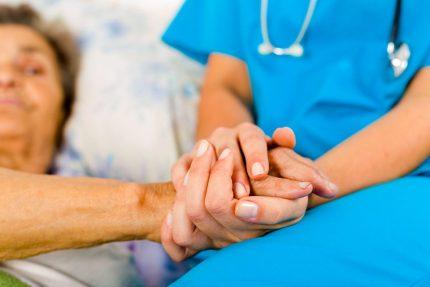помощь, держать за руку, врач, больной, уход за больным