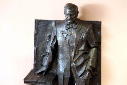 памятник Жоресу Алферову