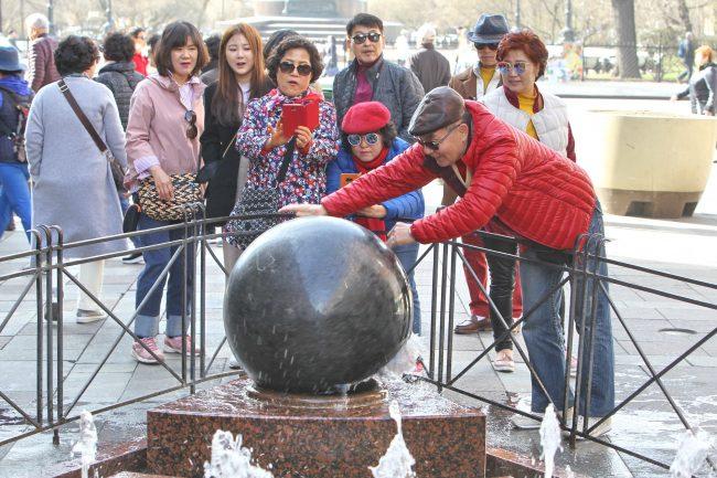 фонтан Шар Малая Садовая улица туристы китайцы