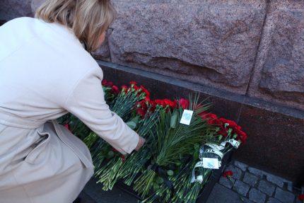теракт метро цветы возложение память