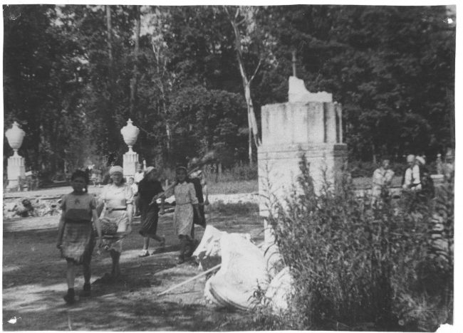 население Петергофа на воскреснике в Нижнем парке, июль 1944 г
