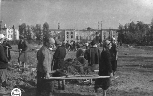 Население Петергофа на земляных работах в ходе воскресника в Верхнем саду 13.08.1944