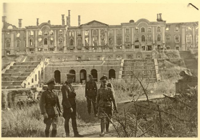 Немецкие офицеры на фоне Большого дворца и Большого каскада_сентябрь 1943