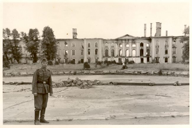 Немецкий солдат в Верхнем саду, на фоне разрушенного Большого дворца_сентябрь 1943