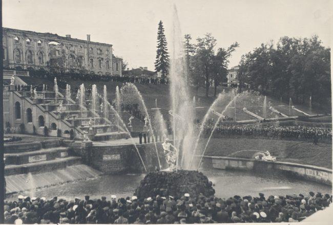 Торжественное открытие фонтана Самсон 14 сентября 1947