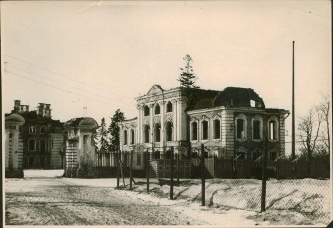 Вид на разрушенный Церковный корпус Большого дворца 1948