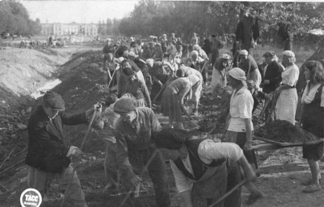 Засыпка противотанкового рва в Верхнем саду во время воскресника 13.08.1944 г