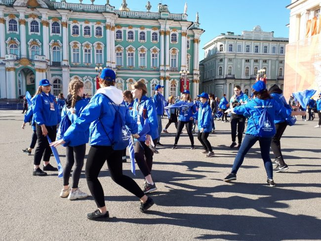 волонтёры победы синий платочек день победы