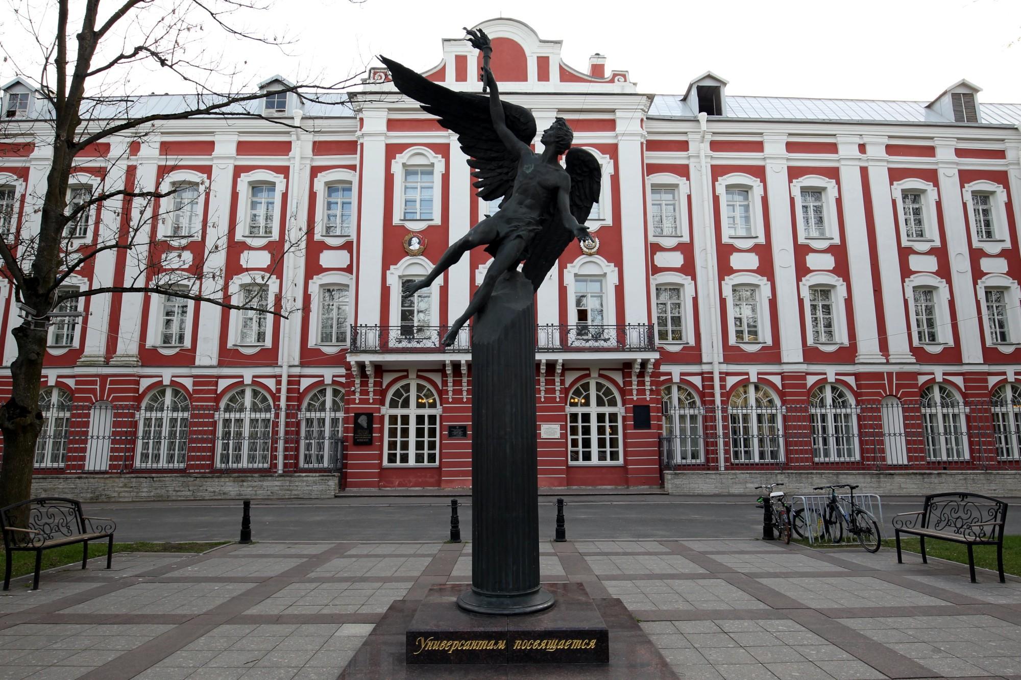 СПБГУ университет здание двенадцати коллегий памятник универсантам