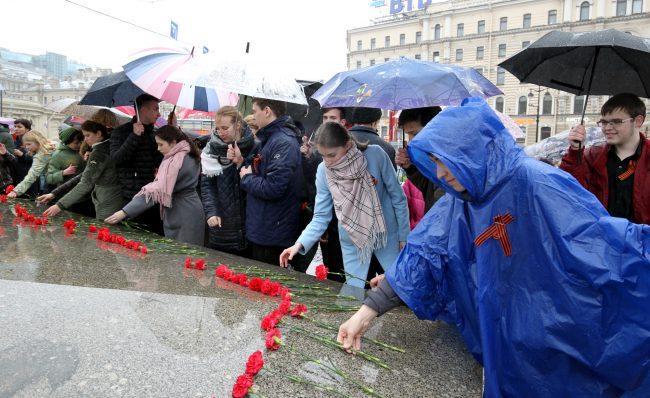 Площадь Восстания обелиск Городу-Герою Ленинграду возложение цветов почётный караул День Победы