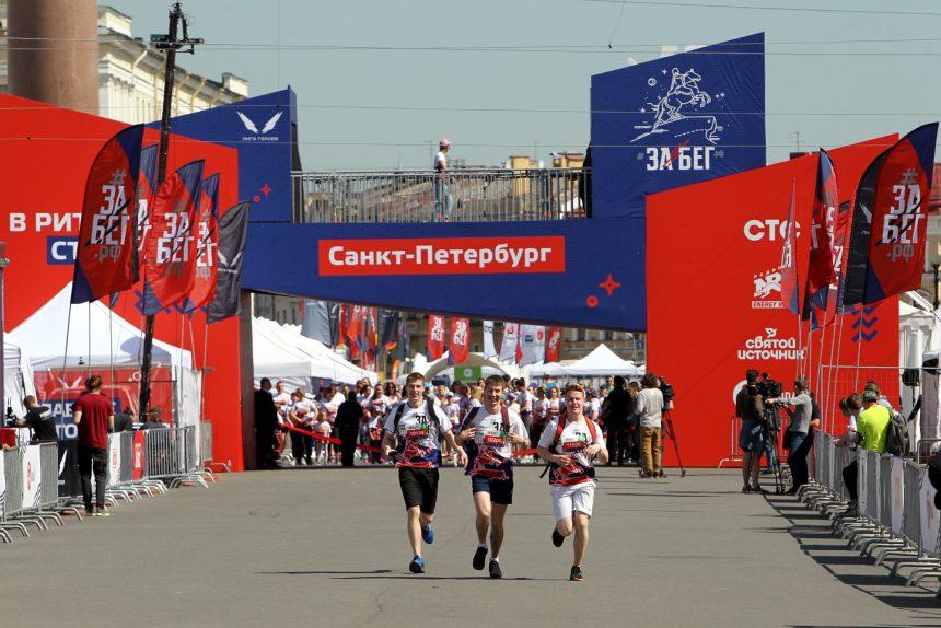 «Все побежали, и я побежал»: в центре Петербурга прошёл легкоатлетический праздник
