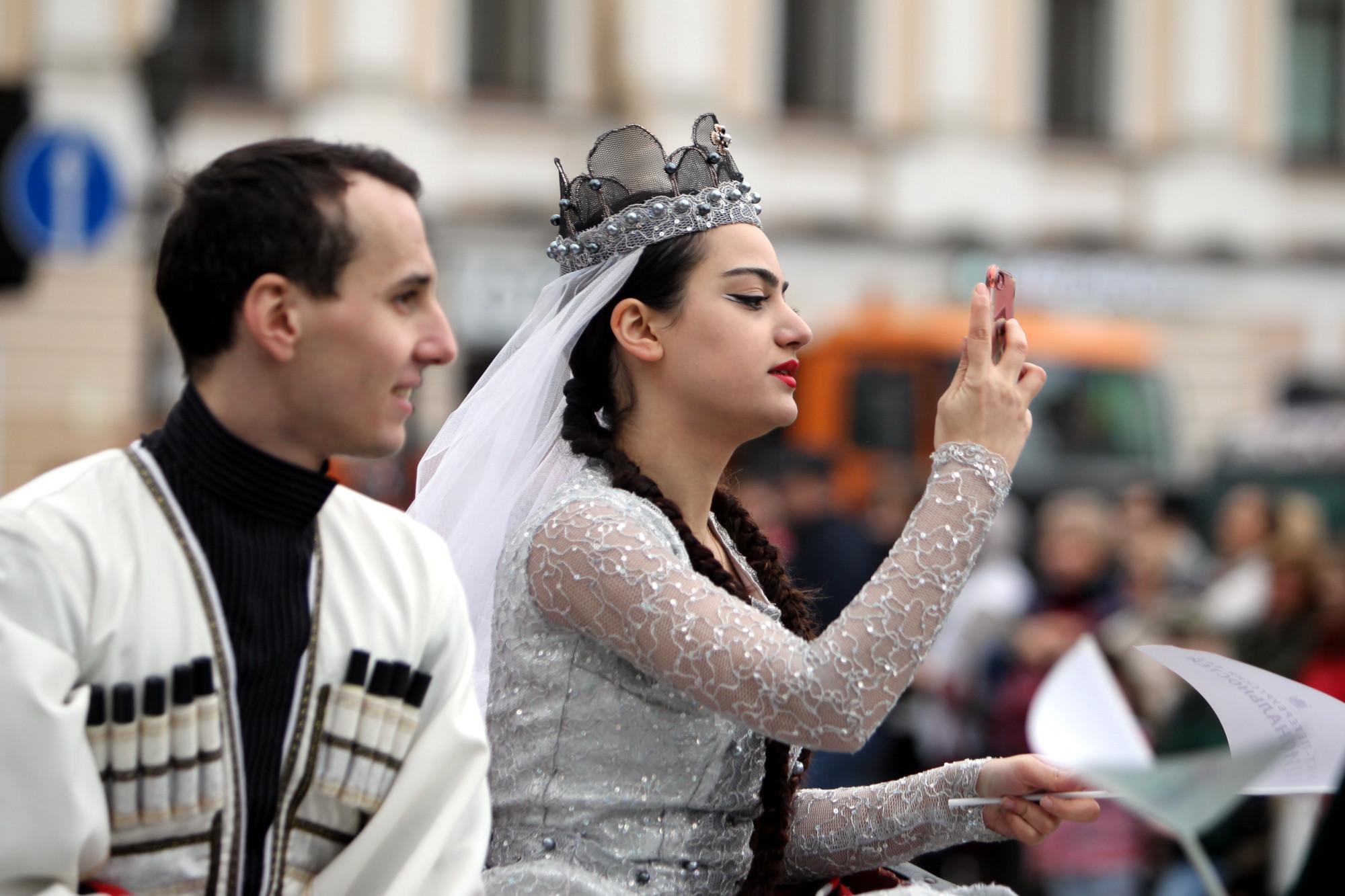День города парад национальностей Невский проспект черкешенка красивая девушка