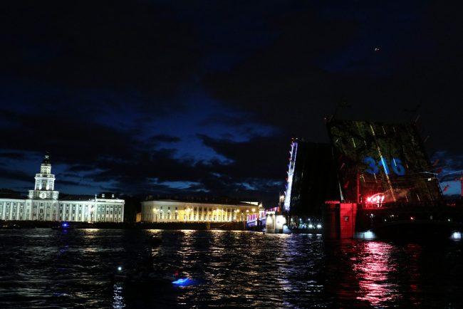Нева ночь разведённый Дворцовый мост