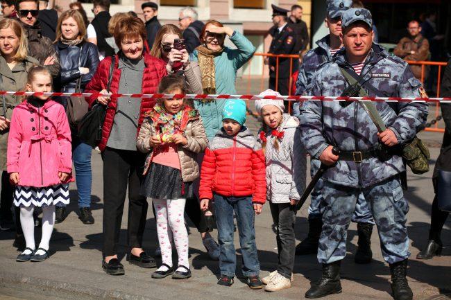 первое мая первомайская демонстрация полиция оцепление дети