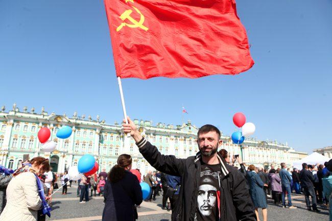 первое мая первомайская демонстрация Дворцовая площадь коммунисты красный флаг серп и молот