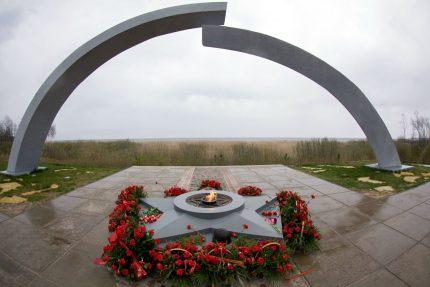 Дорога Жизни памятник разорванное кольцо вечный огонь