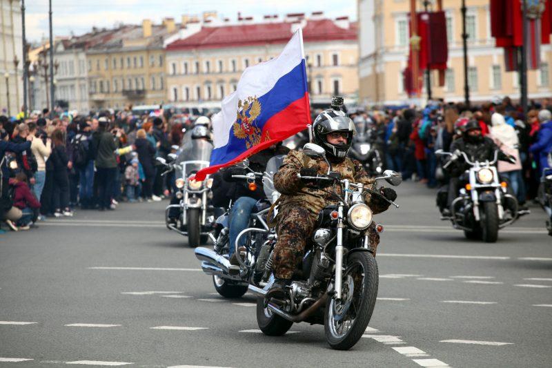 байкеры мотоциклисты открытие мотосезона флаг России
