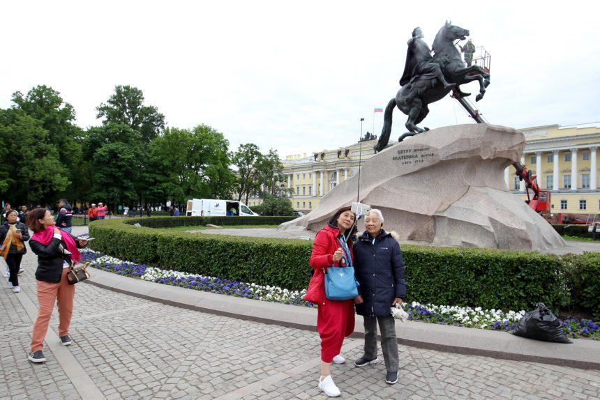 китайские туристы китайцы Медный всадник памятник Петру I