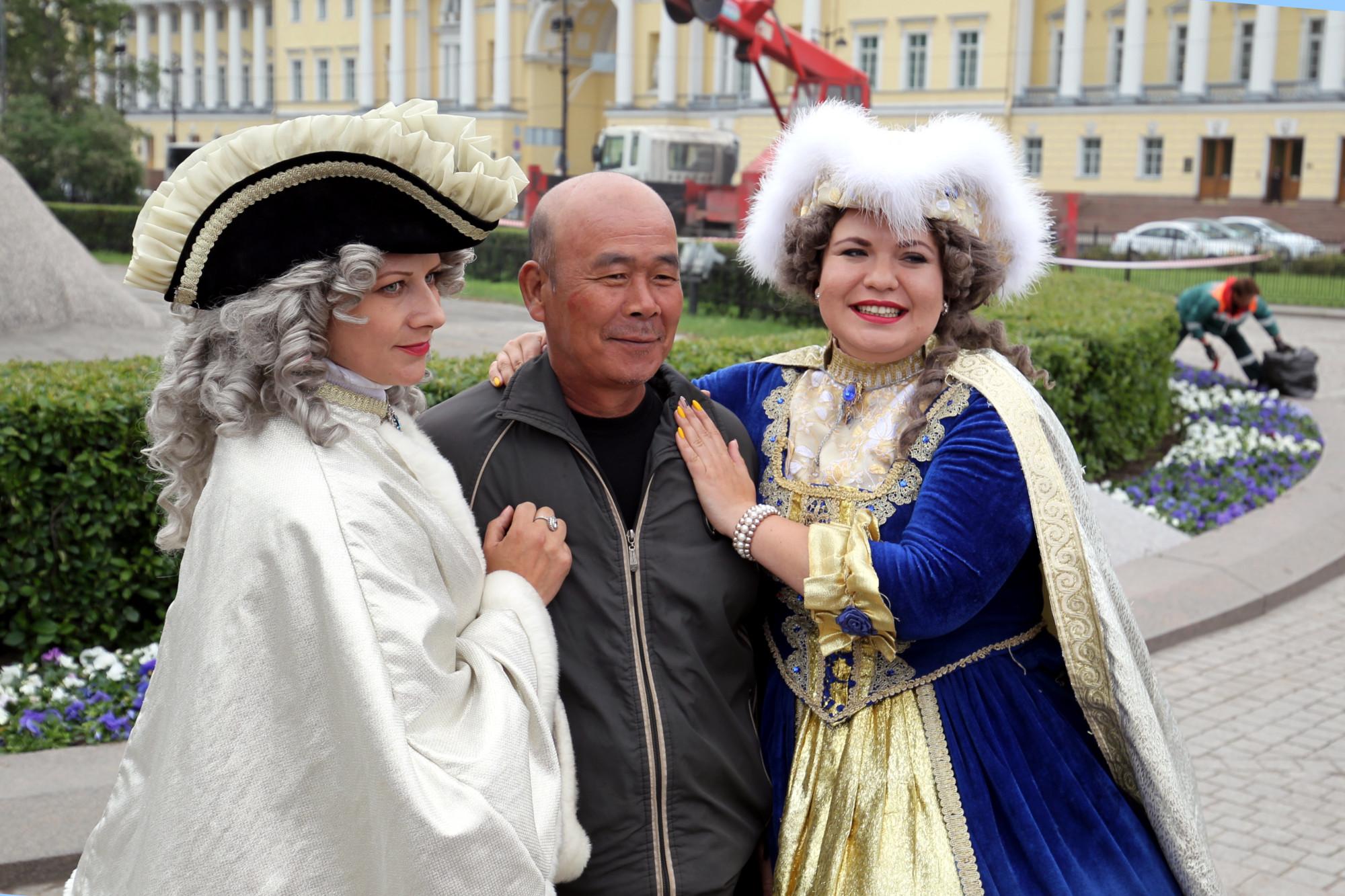 китайские туристы китайцы ряженые