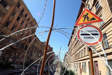Тележная улица аварийные здания исторические дома строительный забор колючая проволока спираль бруно