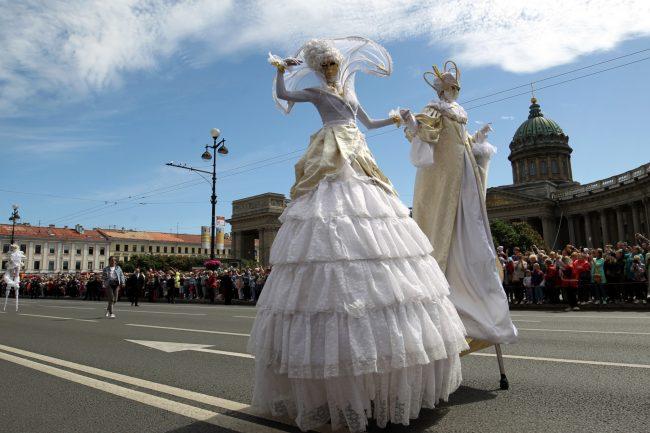 фестиваль цветов акробаты на ходулях