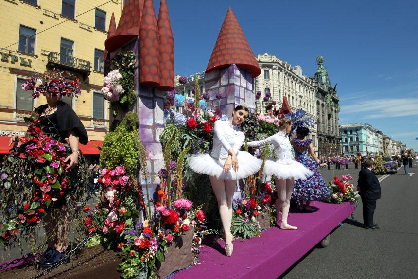 Цветут ли цветы небывалые: по Невскому прошёл парад флористов и оркестров