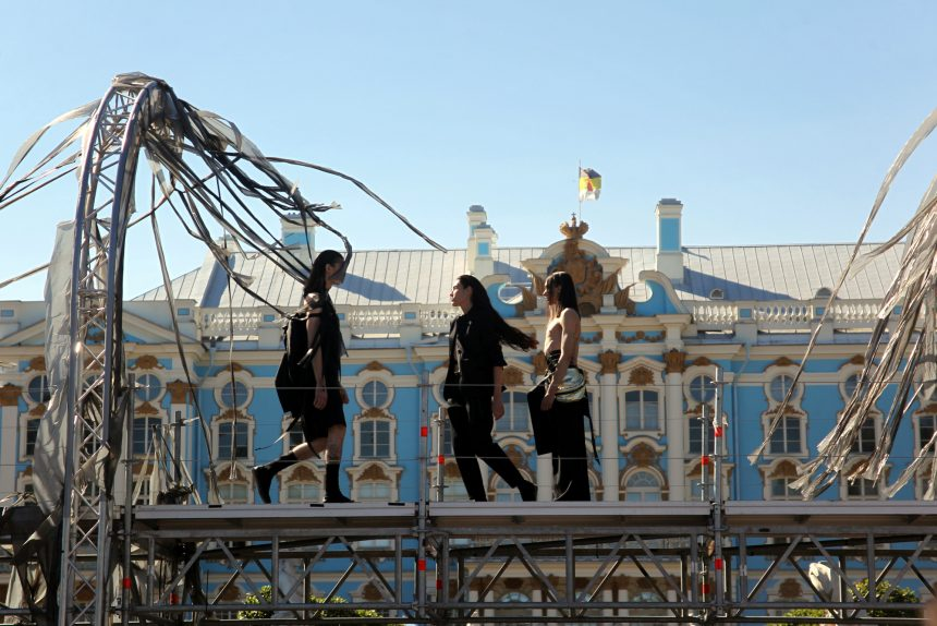 Царское Село стало «модным»: в Екатерининском парке прошли показы арт-проекта «Ассоциации»