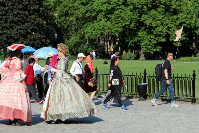 китайские туристы китайцы Сенатская площадь ряженые