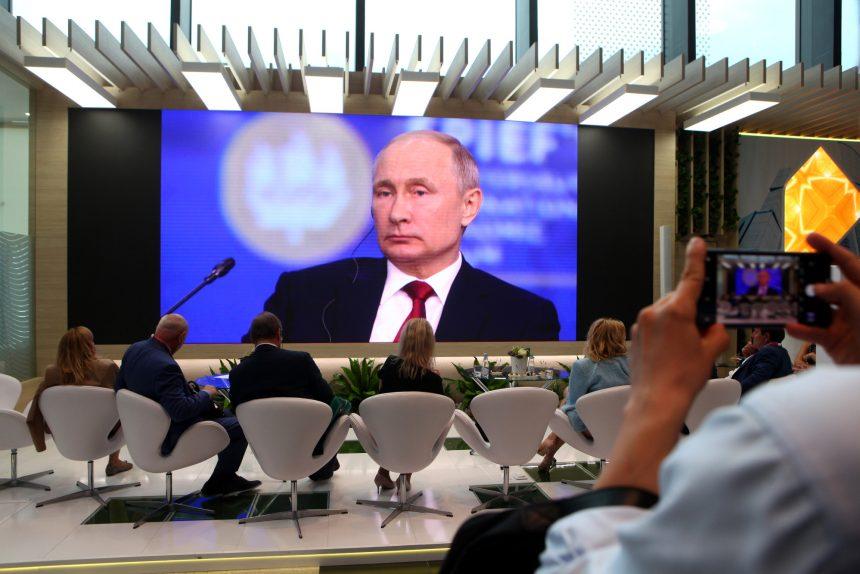 Путин на ПМЭФ: экономический кризис, санкционные войны, Huawei и Зеленский