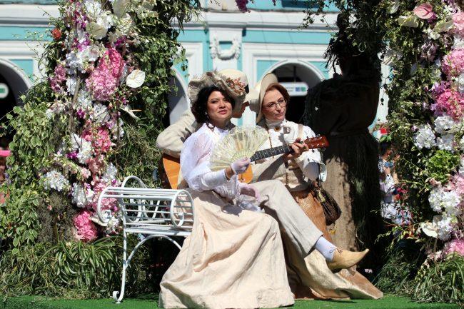 фестиваль цветов девушки старинные костюмы