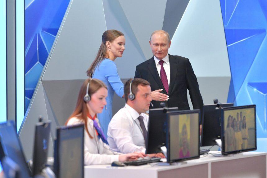 Зарплаты чиновников, шаурма и шёпот Дзюбы: реакция соцсетей на «Прямую линию с Владимиром Путиным»
