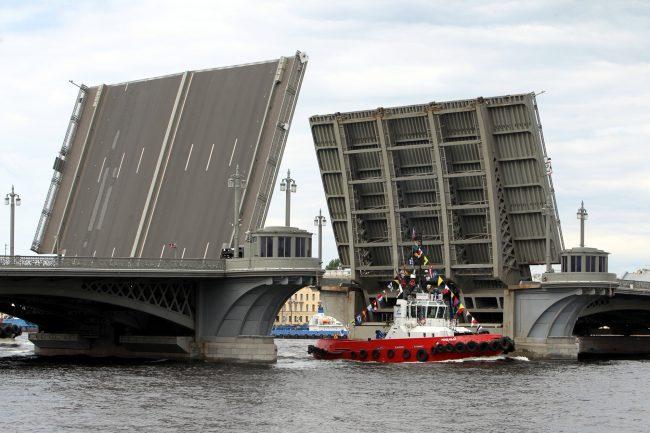 речной фестиваль буксир Благовещенский мост Лейтенанта Шмидта разведённый мост