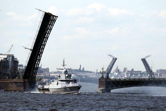 день ВМФ корабли репетиция Троицкий мост разведённый малый ракетный корабль Советск