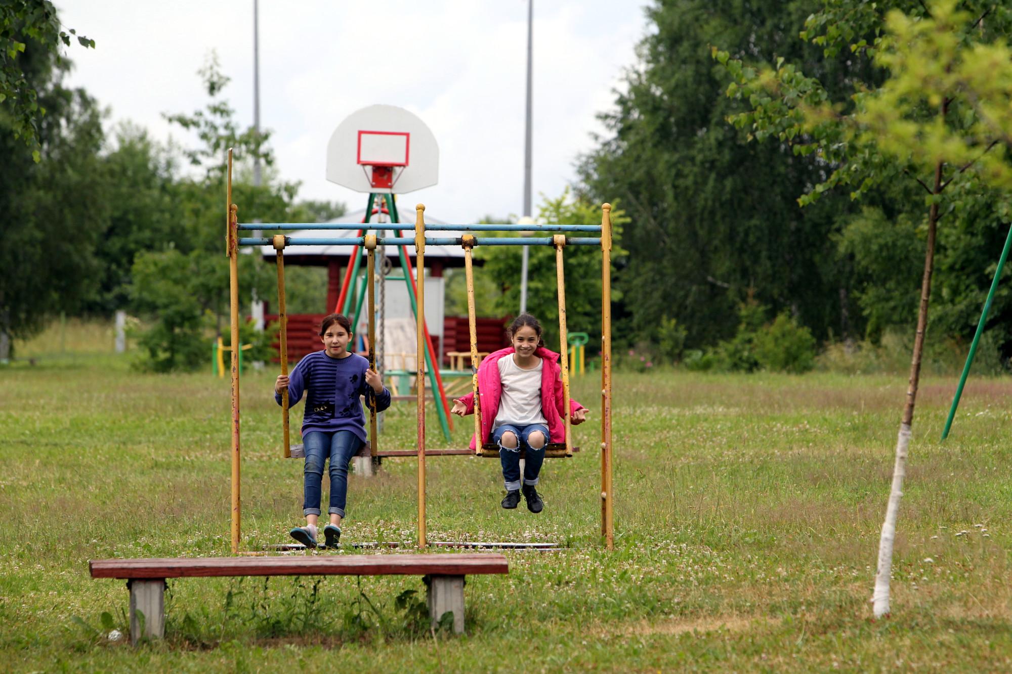 Детская деревня SOS дети качели