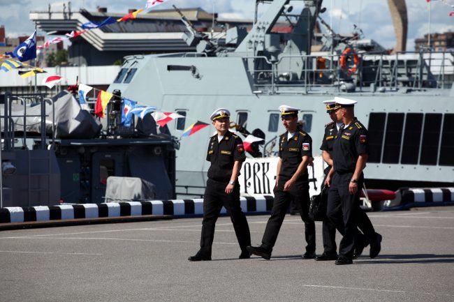 Международный военно-морской салон военные моряки корабли