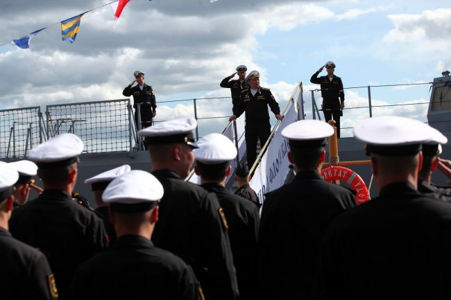 Военно-морской салон моряки